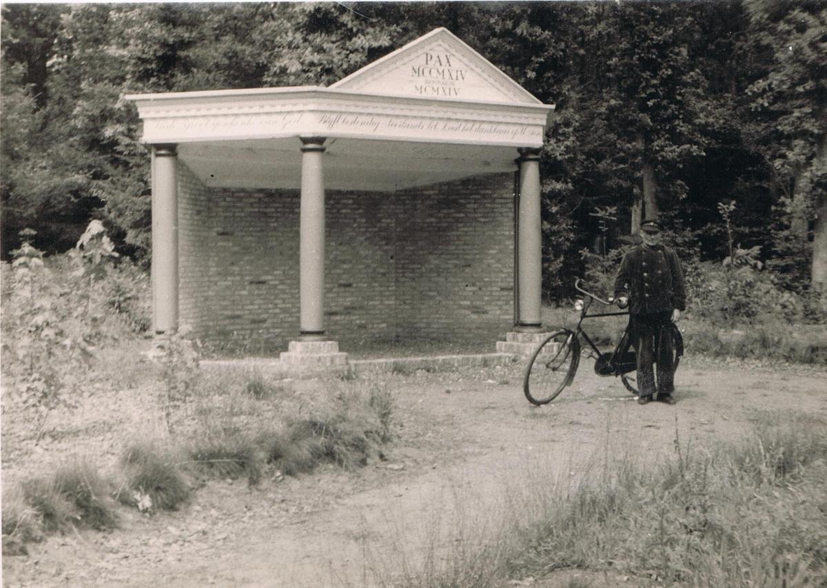 32- Bauke Visser bij tempeltje als boswachter Arch R Sloterdijk