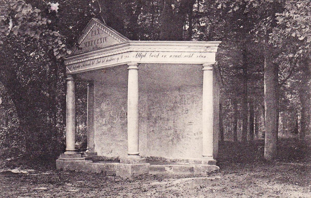 Vredestempeltje op de oude plaats voor de inslag van de V2 arch.Appie Olivier